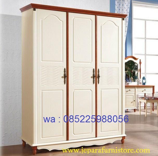 Lemari Pakaian 3 Pintu Warna Putih harga murah model terbaru dengan kode produk LP - 048 ini dibuat dengan bahan kayu mahoni kombinasi jati.