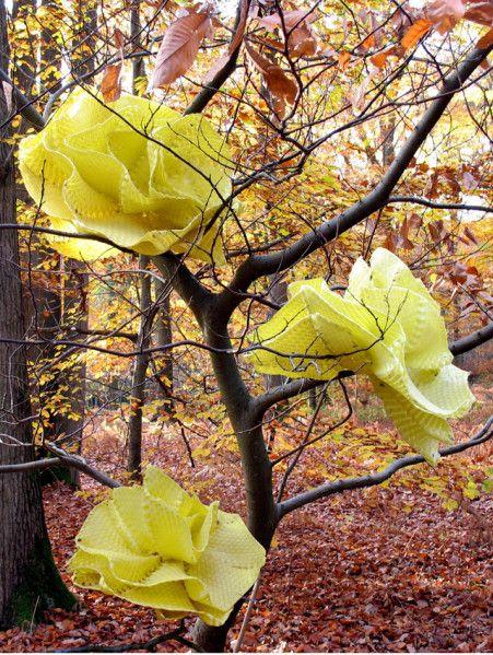 """Saint Jean au Bois, Oise, octobre 2008 """"Eté Indien"""" 25 fleurs, matériaux:feuillard polypro, technique:tressage Une étrange végétation, plus vraie que nature, envahit nos parcs et forêts. Mais de quelle nature s'agit-il ? D'une nature idéalisée, d'une..."""
