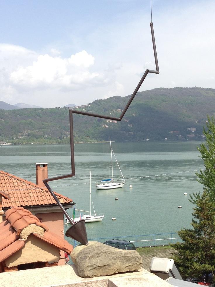 """B. Brennenstuhl, """"Saetta Regina Margherita"""" - 2003. Rame e pietra per un'opera che rappresenta la freccia, sospesa tra aria e terra. #art #lagomaggiore"""