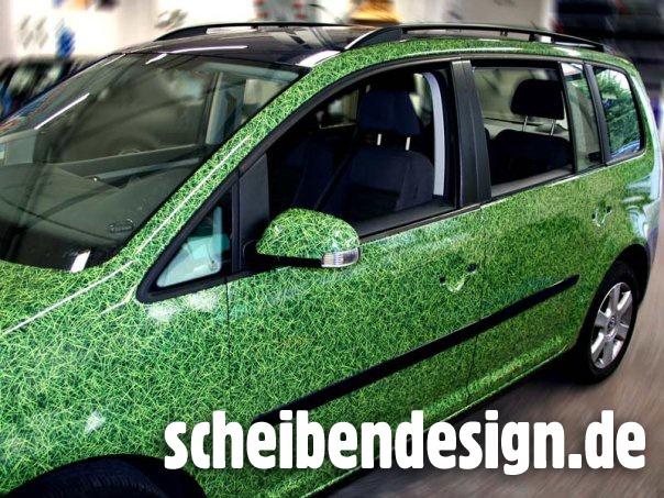 Wir brauchen mehr Grün in der Stadt! - dachte sich der Kunde dieses Wagens. Dank scheibendesign.de entstand aus einem gewöhnlichen Fahrzeuglack eine außergewöhnliche Grasoptik.