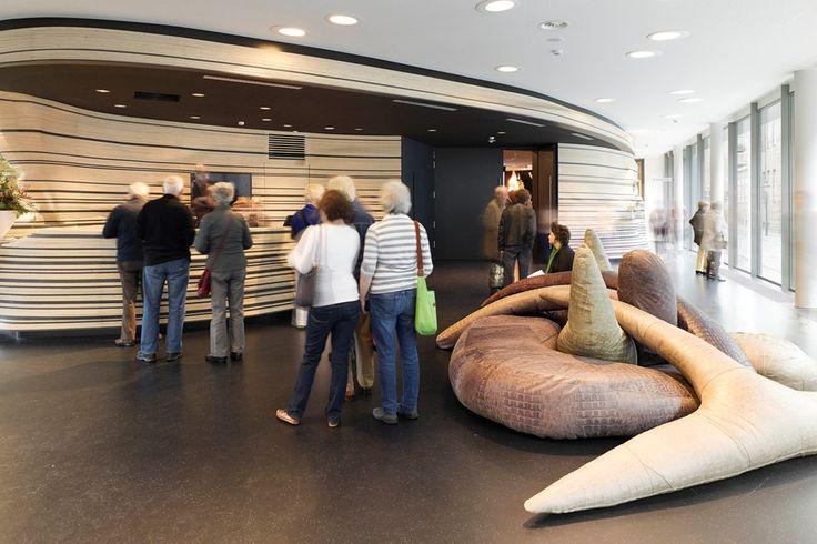 Stedelijk Museum 's-Hertogenbosch entreebalie met autidorium - Bierman Henket Interieur