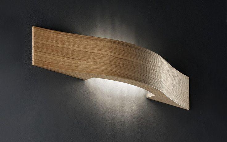 Wandleuchte aus Holz mit leicht gewölbter Form