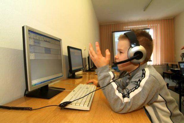 Dwie lekcje przeznaczone na naukę zakładania poczty internetowej, a arkusze Excela wypełniane są na papierze  - tak wyglądają lekcje informatyki w Polsce. Zamiast poznawać nowe technologie, dzieci uczą się tego, co dobrze już znają. Ale coś zaczyna się zmieniać - w końcu obowiązkowa stanie się nauka programowania. A dzieci mogą na tym tylko skorzystać.