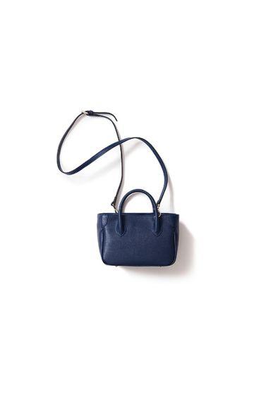 ミラノの老舗バッグショップ「HIGH-CLASS」のブランド「MAXIMA」のバッグです。 1990年代ごろ、素材の良さやクラス感で爆発的な流行を生み、 現在でも変わらず、高いクオリティと品の良い商品を作り続けて、 長年の顧客に愛される老舗ブランドです。 定番のトートバッグのミニバージョンになります。 ショルダーバッグとしてのご利用もオススメです。 ■ご注意点 クレジットカードをご利用の場合は予約購入時に決済となります ■サイズ(単位:cm) 高さ:15.5 (持ち手含まず)、24(持ち手含む) 幅:24.5 奥行き:12.5 ※約20cm前後の長財布や化粧ポーチなどが入ります ■ショルダー部分 3段階調整 Max:127cm Medium:122cm Short:117cm --> ■重量 380g ■カラー ネイビー ■素材 牛革(BOVINE LEDA) ■原産国 ITALY ■付属品 ショルダーベルト ■発送予定 2016年7月末〜随時発送 (職人が一つ一つ手作業で製作していますので、作業状況によって発送時期が前後する可能性がござ...