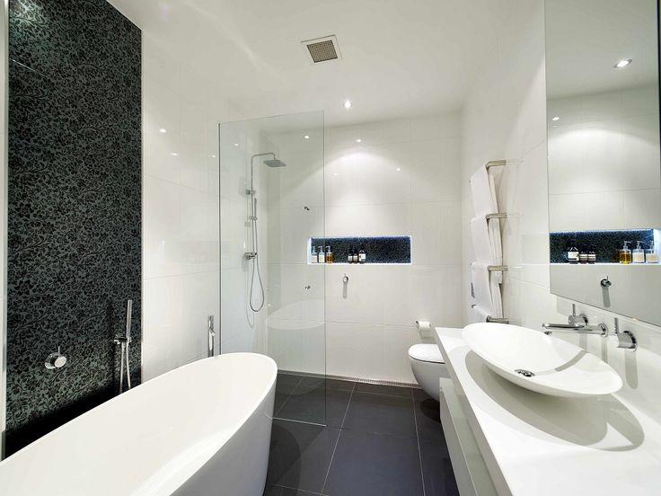 Белые ванные комнаты очаровывают, а еще белый очень легко сочетать с другими цветами. Особенно популярно сочетание с одним нейтральных цветов, например, серым или бежевым. В таком случае аксессуары можно вводить каких угодно расцветок и оттенков, добавляя изюминку в интерьер. Несомненный плюс и то, что достаточно сменить аксессуары или декор, чтобы освежить обстановку в ванной.  Вдохновляйтесь! А белую мебель для ванной можно посмотреть и купить здесьhttps://goo.gl/WfJinu…