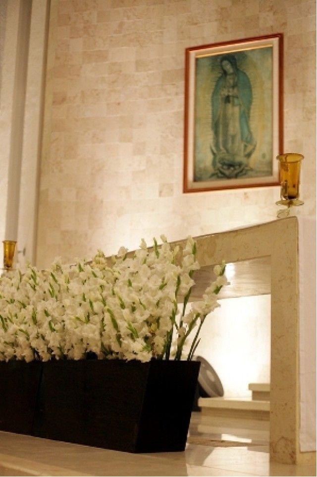 Las preciosas gladiolas blancas alineadas lucen esplendidas con la base en color chocolate la cual es colocada debajo del altar ha este arreglo se le llama jardinera, esta tiene que ir combinada con la misma flor que utilicemos en la decoración de toda la iglesia.