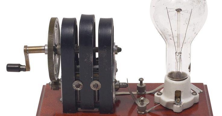 Como calcular a tensão induzida de um rotor. Um rotor é o solenóide rotativo no interior das máquinas de corrente contínua. Os engenheiros usam máquinas DC para construir um gerador ou um motor. Quando ele é utilizado como um gerador, uma turbina a gás ou um motor a diesel, gira-se o rotor e o rotor gera energia eléctrica. Quando é usado como um motor, a energia eléctrica gira o rotor e o ...