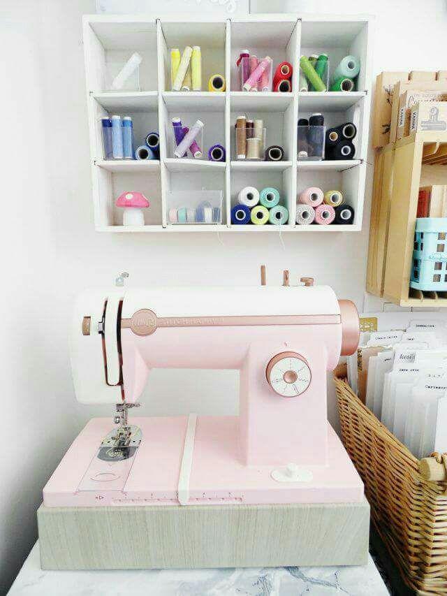 máquina de coser Stitch Happy es una herramienta híbrida, es decir, puede ser usada tanto en papel como en tela. Su potente motor te permitirá coser varias capas de papel o tela y será por esto mismo por lo que podrás coser tela, papel, fieltro, falso cuero... Y podrás coserlo con hilo grueso, baker twine, hilos metálicos... Disponible En Jipi Soluciones Digitales Mas Info a info@jipi.com.co o al 3214381693