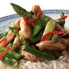 Roergebakken groene asperges met kalkoen - recept - okoko recepten
