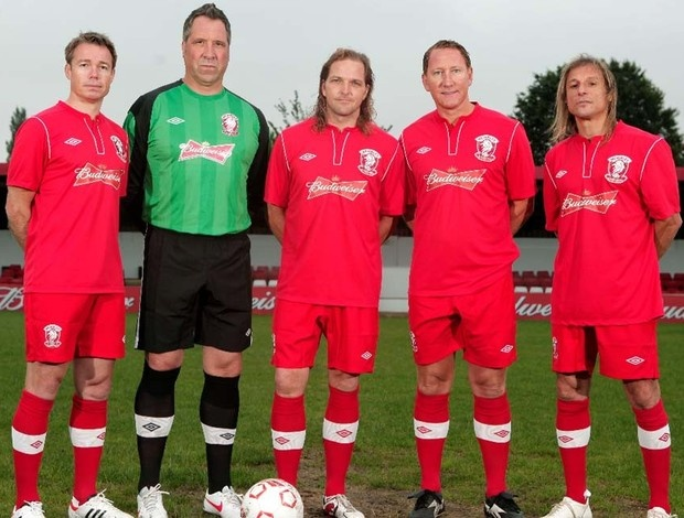 Le Saux, Seaman, McBride, Parlour e Caniggia posam para a foto (Foto: Reprodução / Site Oficial Wembley FC): Del Wembley, Il Wembley