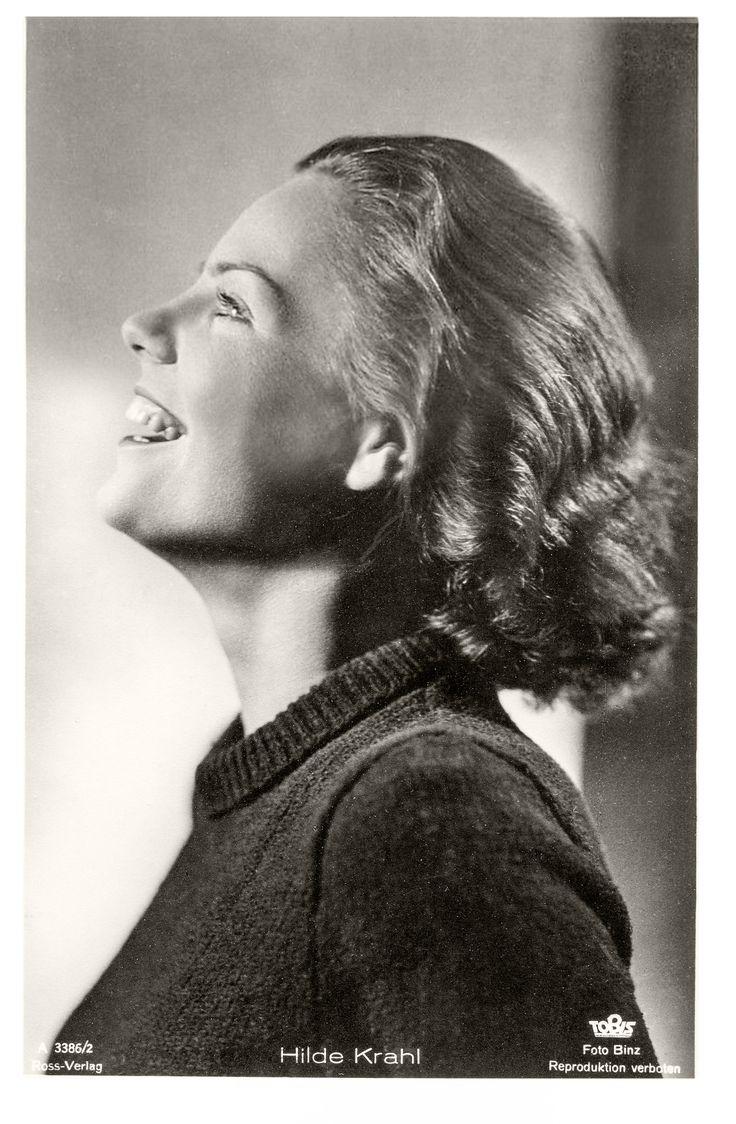 Hilde Krahl (1917 - 1999). Diese Künstler-Postkarte wurde im Dritten Reich veröffentlicht, wo Hilde Krahl in etlichen Unterhaltungsfilmen sowie als Schauspielerin am Deutschen Theater (Berlin) zu sehen war. (Foto Binz)