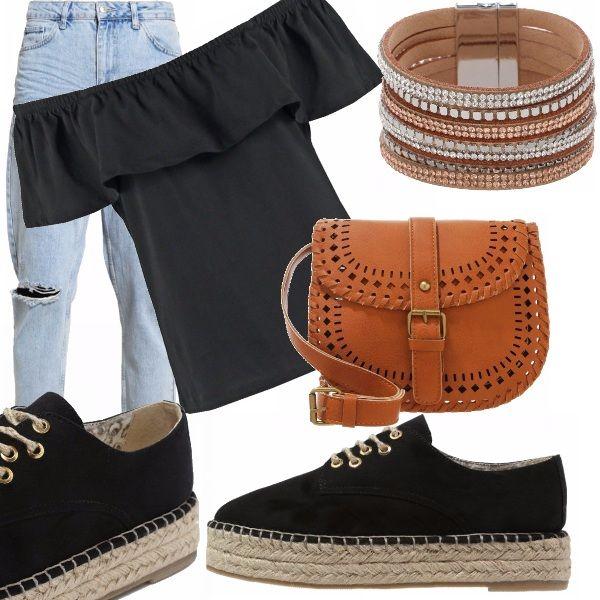 Stile perfetto per le tue giornate in città. Maglia e espadrillas con lacci nere, jeans denim con strappi alle ginocchia, braccialetto e tracolla cuoio.