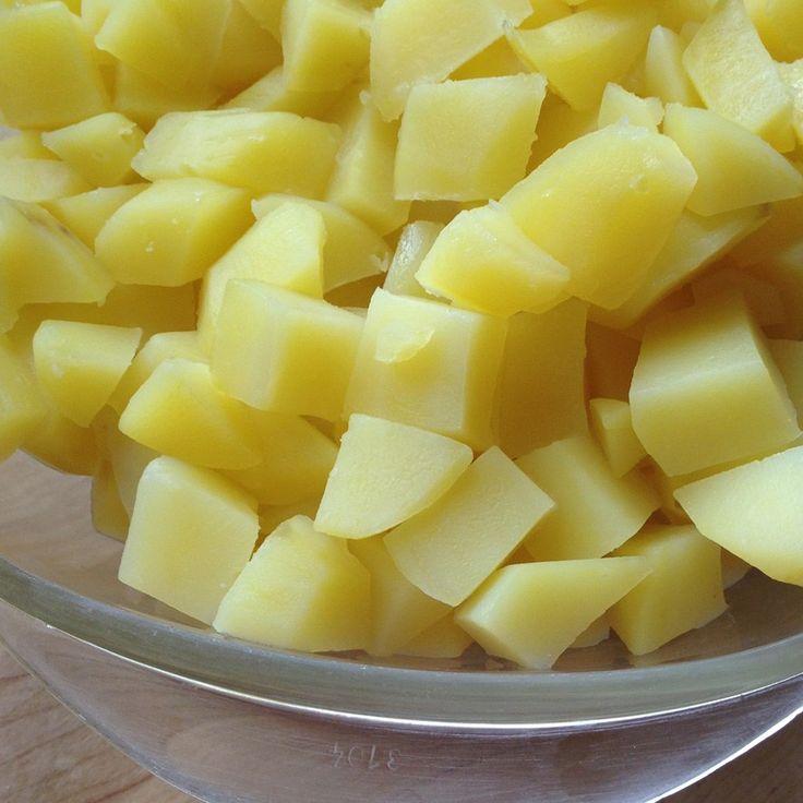 Der schnellste (15 Min.) und einfachste Kartoffelsalat der Welt - nur 4 Zutaten! Dazu Würstchen direkt im Glas erhitzt, so muss man nur 1 Topf spülen :-)