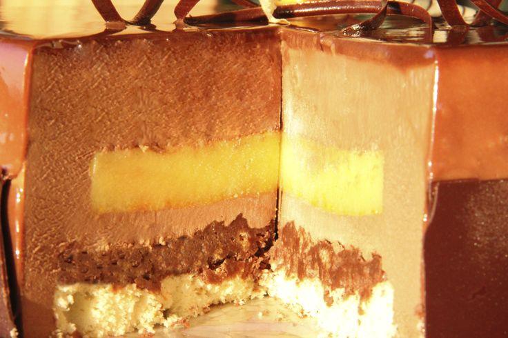 Torta Chocolate Naranja. Bizcocho de naranja, crocante de avellanas, cremoso de naranja, mousse de chocolate amargo.