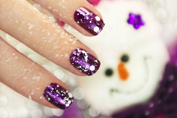 nail art Noël glamour: base en violet pailleté et flocons blancs