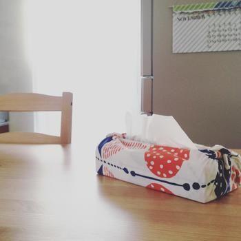 今度はお家にあるものを包んでしまうアイディア。手ぬぐいをティッシュボックスカバーとして活用されています!ティッシュの箱を手ぬぐいで包み、両端で結ぶ簡単なやり方ですので、縫ったり切ったりする手間もかかりません。お気に入りの手ぬぐいを集めたら、こんな形で生活に活かしてみませんか?
