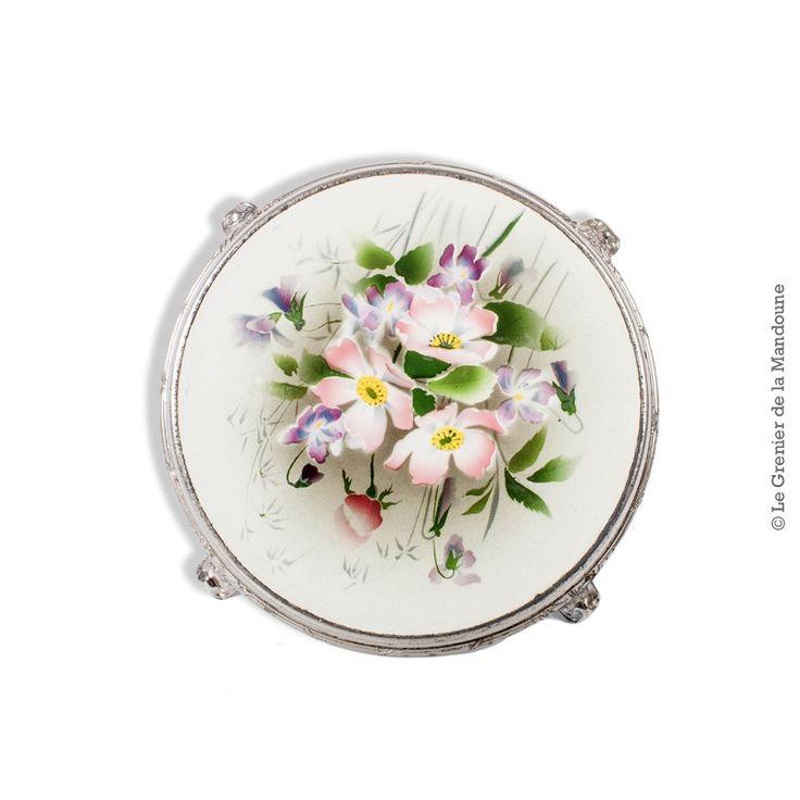 Dessous de plat ancien en faïence cerclé de métal, décor  « Fleurs ». French Vintage