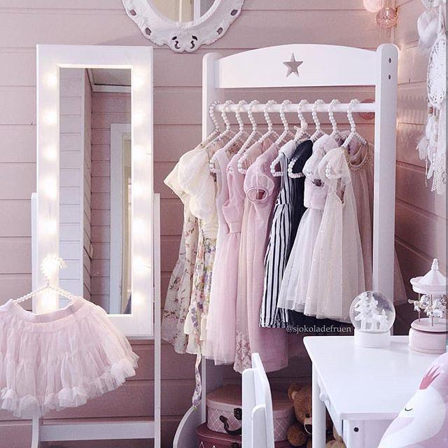 What a lovely princess room  Når jeg så dette rommet som skjønne @sjokoladefruen har laget til datteren sin, måtte jeg spørre om å få dele det. Det er reint,vakkert og bare helt perfekt  Hun skriver hun er misunnelig på datterens rom. Det er hun ikke alene om  Jeg ble iallefall veldig inspirert av dette rommet  Dere burde se rommet til sønnen hennes også  Utrolig fint! Takk for lån av bildet @sjokoladefruen  #onetofollow #follow #inspo #barnerom #kidsroom