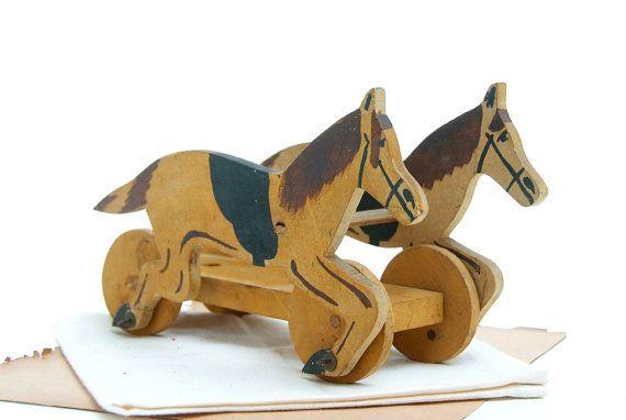 Caballo de madera antiguo de juguete, auriga de juguete antiguo, caballos carreras antiguos