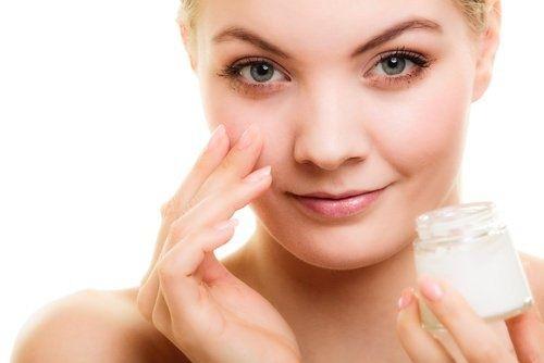 Conseils pour prévenir les rides du contour des yeux et recette d'un sérum naturel