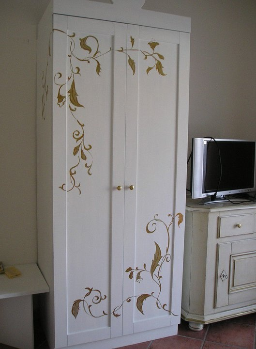 Painted wardrobe painted furniture pinterest painted wardrobe wardrobes and paint furniture Relooker armoire ancienne idees