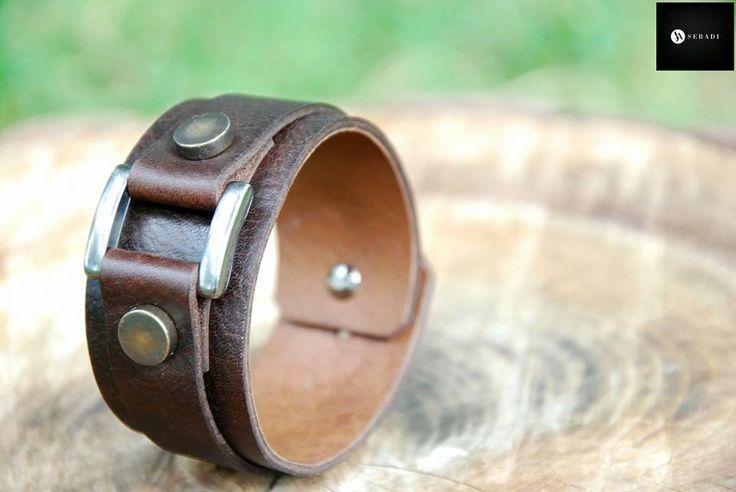 Bratara din piele naturala 24 -maro -nituri metalice anticate -ornament si inchizatoare metalica argintie -dimensiuni: L=19-20,5cm l=3,5cm PRET: 60 lei