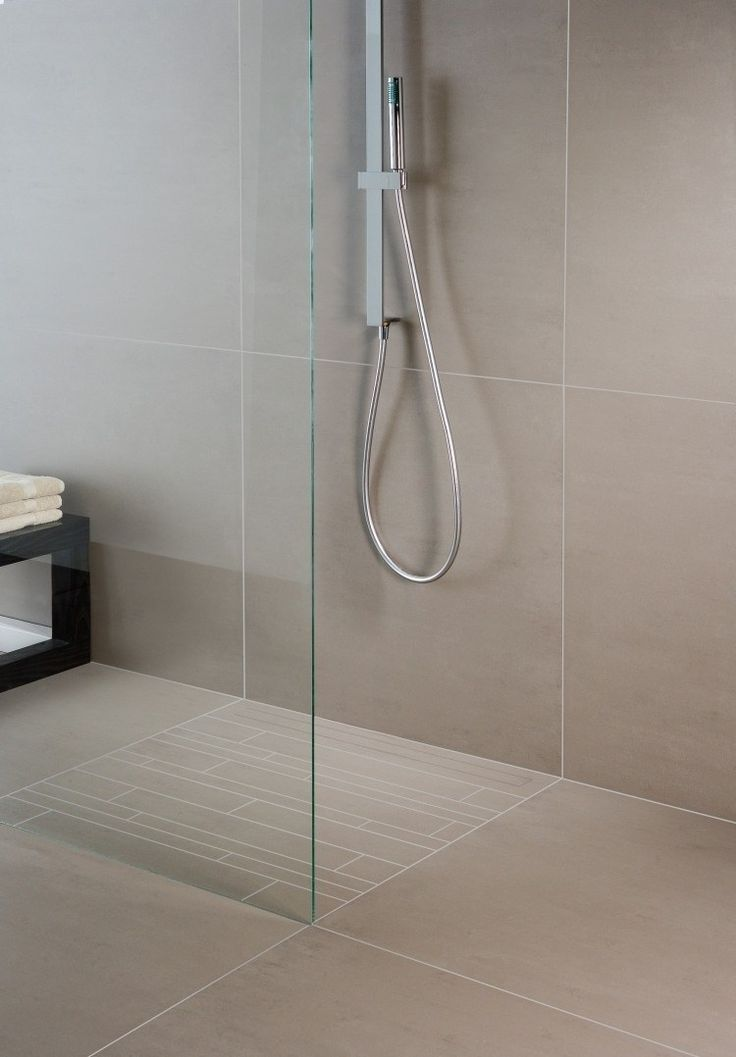 carrelage beige, paroi de douche fixe et douche italienne