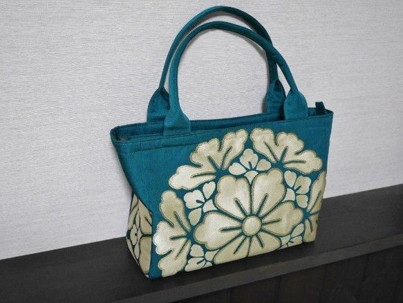 アンティークの織りの帯(正絹・シルク)から作った鞄です。帯地なので生地は厚めで張りがあります。しっかりした芯を表布と裏布の間に入れています。裏布は少し光沢感の... ハンドメイド、手作り、手仕事品の通販・販売・購入ならCreema。