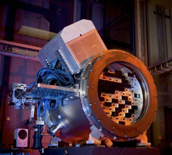 Acoplada ao telescópio Blanco, no Chile, a câmera Dark Energy, que começou a funcionar neste início de setembro, faz fotos de 570 megapixels - para se ter uma ideia, elas podem chegar a ter 93 por 69 metros. Ela é a câmera mais potente do mundo e suas fotos podem ajudar a desvendar como surgiu o Universo. No Link Estadão.
