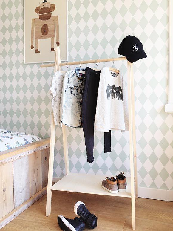 Je ziet ze steeds vaker in de kinderkamer: de mini wardrobe, oftewel een kledingrek. En je maakt zo'n mini wardrobe makkelijk zelf van hout.