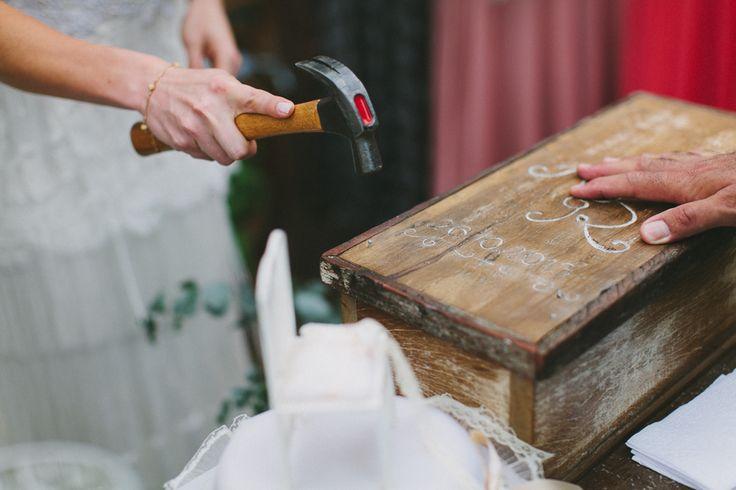 """ritual do vinho A Aline e o Ricardo fizeram o que se chama """"cerimônia do vinho"""", que consiste em pregar uma caixa de madeira contendo uma garrafa de vinho com cartas escritas um ao outro, que serão abertas no futuro. A Aline conta que martelar os pregos na caixa foi uma forma genial de liberar a tensão do momento (rs).  aline e ricardo 2"""