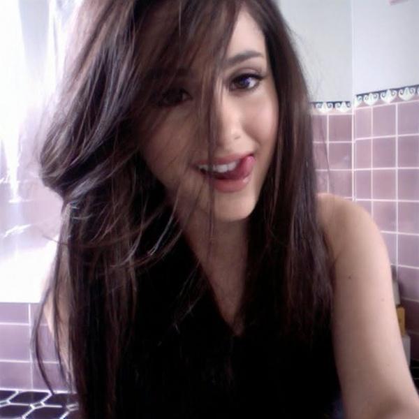 I love her natural hair colour!!