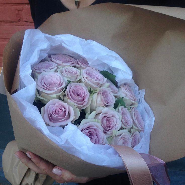 148 отметок «Нравится», 2 комментариев — Цветочная Satin. Цветы & Декор (@tsvetochnaya_satin) в Instagram: «Доброго субботнего утра Лавандовые розы в хрустящем крафте2500₽//Для ваших заказов + 7 903 568…»