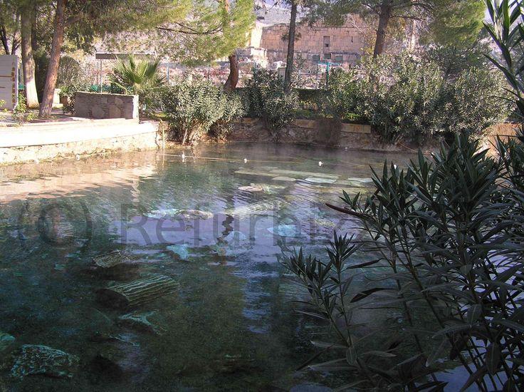 Hierapolis ligt vlak bij Pamukkale, het zijn twee archologische vindplaatsen in Turkije. Op deze foto zie je de ruïne van een zwembad waarin nog gezwommen kan worden. Het water komt uit een bron en is ca. 35 graden.