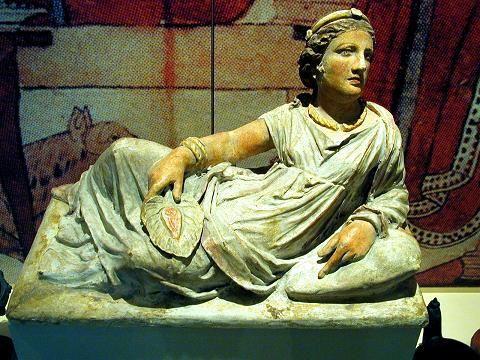 Femme étrusque - Statue en terracotta peinte, IIe siècle avant notre ère, retrouvée à Chiusi, conservée à Karlsruhe