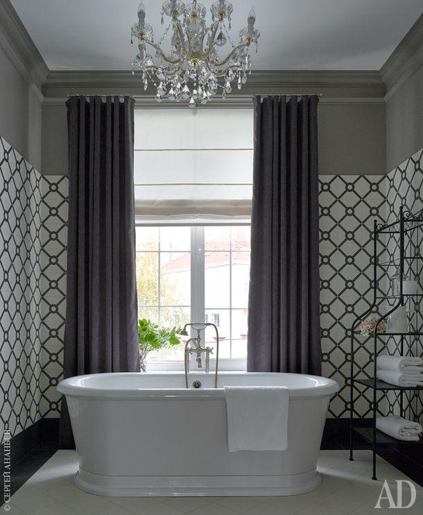 Хозяйская ванная комната. Ванна Burlington London. Люстра Kolarz. Этажерка Ikea. Плитка Mainzu.