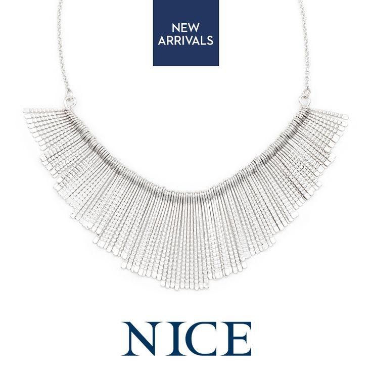 Un collar statement y súper chic que le brinda elegancia a cualquier atuendo. ¡Collar Rowena una pieza imprescindible! NICE 316.