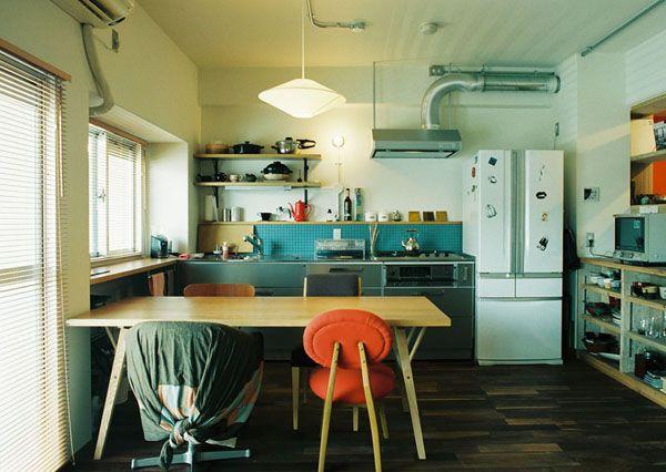 日々の器や調理具も見せる収納。窓にあわせてカウンターを作った