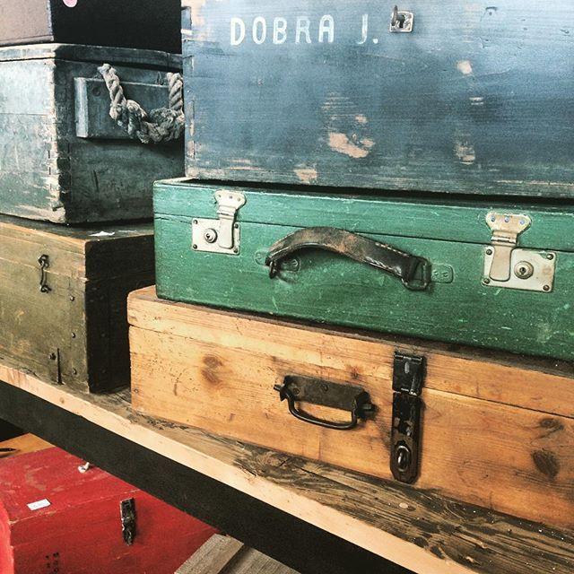 #houten #kisten en #koffers bij #vandijkenko #brocante #vintage #vintagechic #amsterdam #amsterdamnoord #interior #interieur #industrial #industrialdesign #industrialfurniture #industrialchic #decovintage #decoration #antiek #antique #wood #kist #koffer #suitcase #boxes