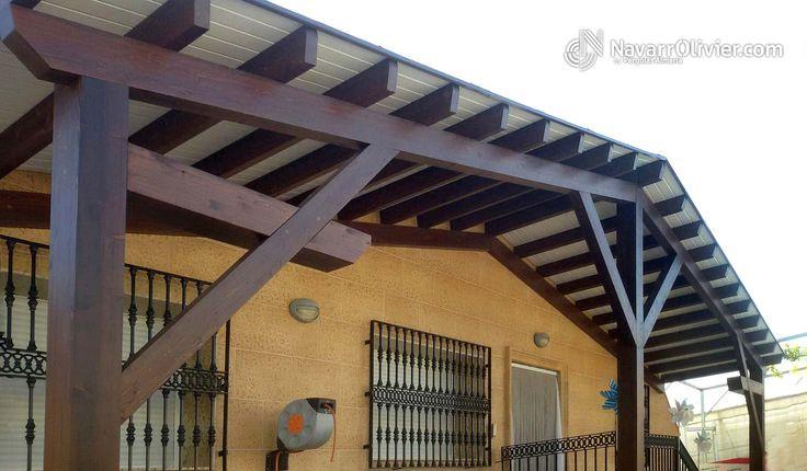 Porche de madera para exterior a 2 aguas con jabalcón compuesto. Cubierta a 2 aguas para fachada de vivienda unifamiliar en El Ejido, Almeria.  ver proyecto > https://navarrolivier.com/PpElEjido.html  #pergola #porches #tejado #carpinteria #almeria #navarrolivier #casa #fachada