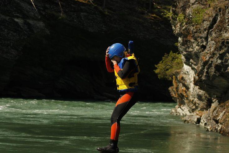 """Juving er også kjent under navnet """"canyoning"""", og har sin opprinnelse i alpene. Men også i Nord-Gudbrandsdalen finnes flere juv som egner seg svært godt til denne spennende aktiviteten, som er en blanding av klyving/klatring, svømming, hopping ned i kulper og bevegelse til fots langs og i ei lita elv som går gjennom et trangt juv. Noen steder tar vi tau til hjelp for å komme oss trygt ned og forbi vanskelige partier. Det er også mulig å svømme inn bak fossefall. Turen er middels krevende..."""