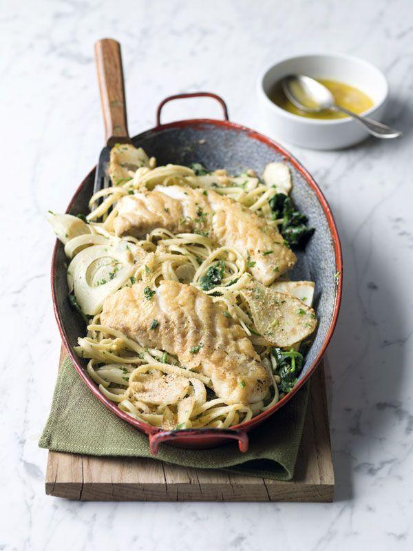 1. Kook de linguine in een grote pot water met zout beetgaar. Giet af. 2. Dep de kabeljauw droog en wentel in een beetje bloem gekruid met peper en zout. 3. Bak de vis mooi goudbruin in een weinig boter met olijfolie. 4. Pel de sjalot en snipper fijn. Reinig de venkel en snij in dikke schijven.