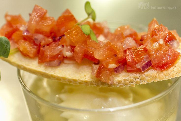 Klare Tomatenessenz mit Bruschetta