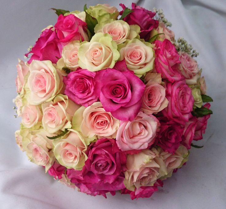 Vidám gömb menyasszonyi csokor pink és krém rózsából.