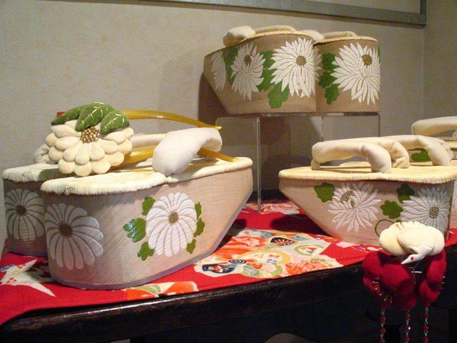 手描きぽっくり:  wooden clogs with rounded soles for little girls in kimono