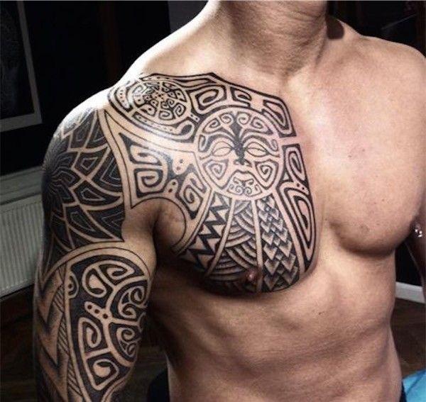 Tatouage type maori sur le bras et le torse https://tattoo.egrafla.fr/2015/09/23/tatouage-homme-pectoraux/
