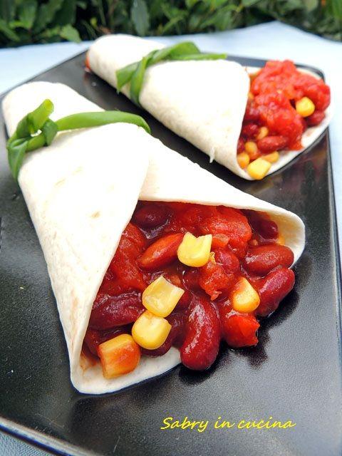 Tortillas con fagioli rossi e mais e salsa piccante, ricetta messicana, ricetta vegetariana, ricetta facile Sabry in cucina
