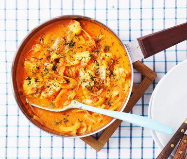 Currydoftande fiskgryta som tillagas direkt i pannan. Mild men smakrik med smak av apelsin och fänkål som gifter sig bra med sej eller annan vit fisk som torsk eller kolja.