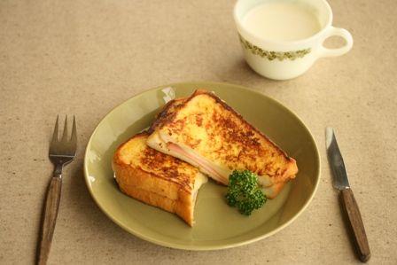 今日は、ボリューミー朝ごはんを紹介。朝から元気が出ちゃうやつ。クロックムッシュは、フランス発祥のトーストなんだって。日本でもcafeやコーシーショップなど...
