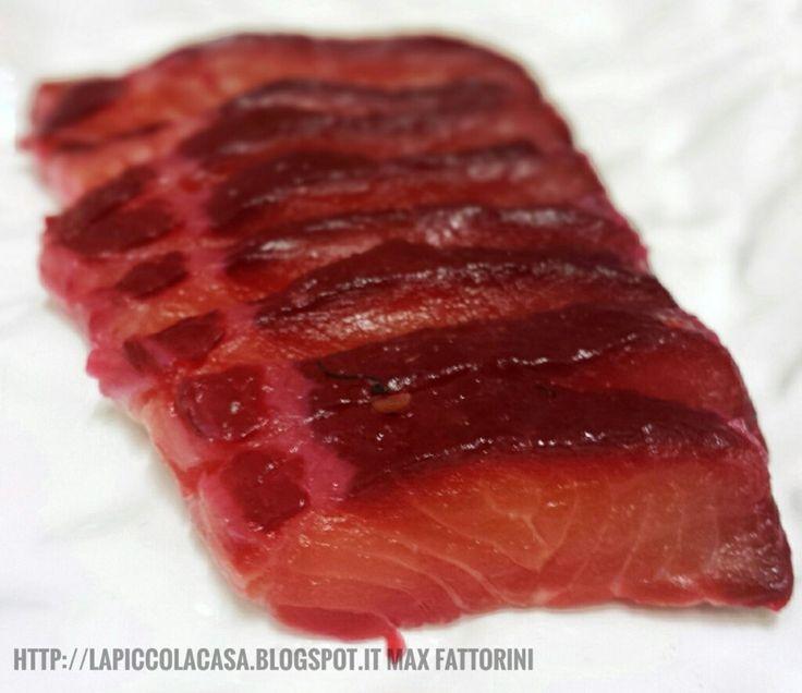 Una semplice ricetta per prepara un ottimo crudo pesce, il salmone marinato con barbabietola fresco, coriandolo e aneto con sale e zucchero